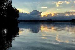 Solnedgang som stråler ut fra skyene, sett fra Vanninga