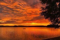 En sommerkveld på Vanninga byr ofte på en vakker solnedgang, og fargesprakende himmel.