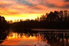 Er man heldig kan man fange en vakker soloppgang når man går tur her i Løken.